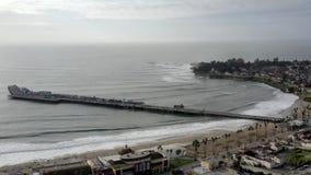 boulevard aérien de Santa Cruz California Beach Pier Surf du vol 4K banque de vidéos