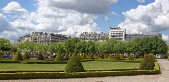Boulevard nära huset av Invalides Detta ställe besökas förbi Royaltyfri Bild