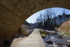 boulevard su una riva del fiume con gli elementi del calcestruzzo e del ponte in de Immagine Stock