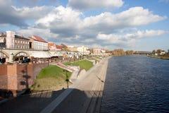 Boulevard sur la rivière en valeur - Gorzow Wielkopolski - la Pologne Images libres de droits