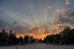 Boulevard voor Aleksander Nevsky Cathedral bij Zonsondergang stock afbeeldingen