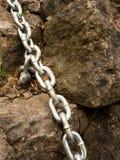 Boulon d'oeil avec la chaîne de fer ancrée dans la roche de grès Réseau torsadé Photographie stock libre de droits