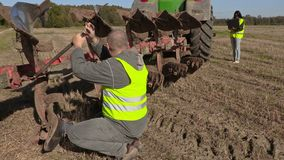 Boulon de difficulté d'agriculteur sur la charrue banque de vidéos