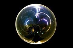 Boulon de foudre abstrait d'isolement d'orage dans la boule en verre sur le fond noir avec le chemin de coupure Photographie stock