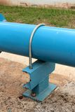 Boulon en U de fer et tuyauterie bleue photos libres de droits
