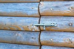 Boulon ouvert sur la porte en bois extérieure images libres de droits