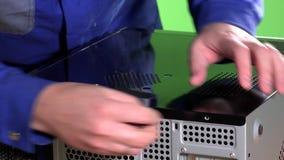 Boulons étroits de couverture et de vis de caisse de PC de bureau de mains d'homme de technicien clips vidéos