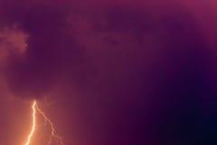Boulons de foudre contre le contexte d'un nuage noir Photo stock