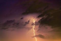 Boulons de foudre contre le contexte d'un nuage noir Image stock