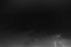 Boulons de foudre contre le contexte d'un nuage noir Photographie stock libre de droits