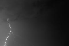 Boulons de foudre contre le contexte d'un nuage noir Photographie stock