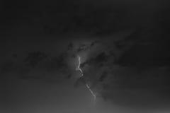 Boulons de foudre contre le contexte d'un nuage noir Photos libres de droits