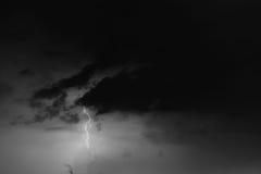 Boulons de foudre contre le contexte d'un nuage noir Images libres de droits