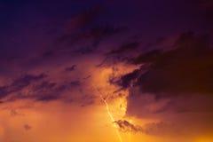 Boulons de foudre contre le contexte d'un nuage noir Images stock