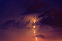 Boulons de foudre contre le contexte d'un nuage noir Photo libre de droits