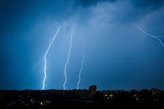 Boulons de foudre multiples au-dessus de Bucarest Photo stock