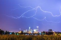Boulons de tonnerre de foudre au-dessus de Charlotte photos libres de droits