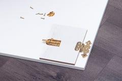 Boulons de verrou et en métal dans la porte faite main sur le conseil en bois photo libre de droits