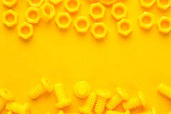 Boulons et écrous imprimés par 3d jaunes Photographie stock libre de droits