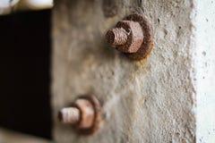 Boulons rouillés sur un pilier de ciment pour le fond à la maison o de vintage photos libres de droits