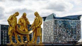 Boulton, Watts en Murdoch-Standbeeld in Birmingham tegen Modern AR stock afbeelding