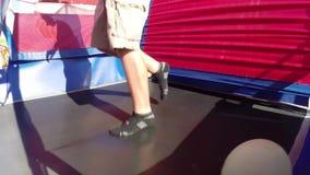 Bouncy τραμπολίνων γυμναστικής άλματος απόθεμα βίντεο