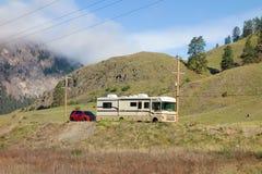 Bounder и автомобиль кудели в скалистых горах стоковая фотография