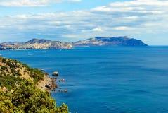 Boundlessly ljust blått hav mot bakgrunden av öar för stenigt berg arkivbilder