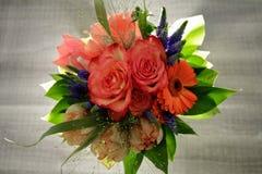 Bouqet av blommor med rosor, tulpan och gerberaen Fotografering för Bildbyråer