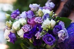 Bouqet bleu, pourpre et blanc de mariage Photographie stock libre de droits