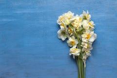 Bouqet daffodils весны на голубой деревянной предпосылке Стоковое Изображение RF