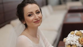 Bouqet de la boda en las manos de la novia metrajes