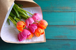 Bouqet dei flowes del tulipano con la carta immagine stock