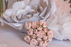 Bouqet delle rose vicino ad un fiore del metallo Immagini Stock Libere da Diritti