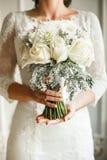 Bouqet hermoso de la boda en manos Fotografía de archivo libre de regalías
