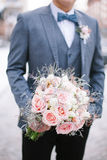 Bouqet hermoso de la boda en manos Imagenes de archivo