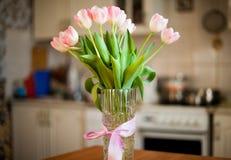 Bouqet macio bonito de tulipas cor-de-rosa em um vaso imagens de stock