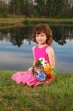 Bouqet mignon de fleur de fixation de fille photographie stock libre de droits