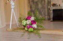 Bouqet púrpura y verde de la flor que miente en el oscilación Fotografía de archivo