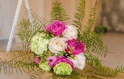 Bouqet púrpura y verde de la flor que miente en el oscilación Imágenes de archivo libres de regalías