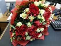 Bouqette av blommor med den vita och röda rosen Royaltyfri Bild