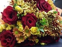 Bouqette von Blumen mit Rosen und Kamille Lizenzfreie Stockfotos