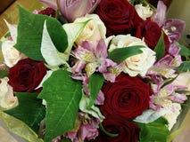 Bouqette von Blumen mit stieg eine Iris Lizenzfreies Stockfoto