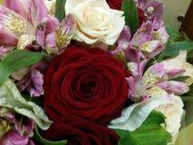 Bouqette von Blumen mit stieg eine Iris Lizenzfreies Stockbild