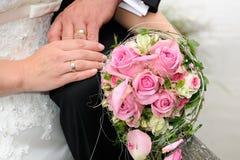 Bouque et anneaux de jeune mariée Image libre de droits