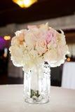 Bouquert των λουλουδιών στον πίνακα στοκ εικόνες με δικαίωμα ελεύθερης χρήσης