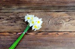 Bouquest de los narcisos blancos y amarillos Foto de archivo