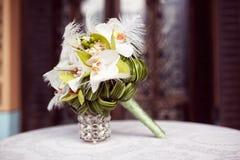 Bouquet élégant de lis sur la table Photographie stock libre de droits