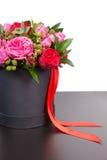 Bouquet élégant des roses roses et du ruban rouge dans un concept de lov Image stock