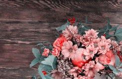 Bouquet étonnant d'automne avec les baies et la pomme sur le backgrou en bois Photos stock